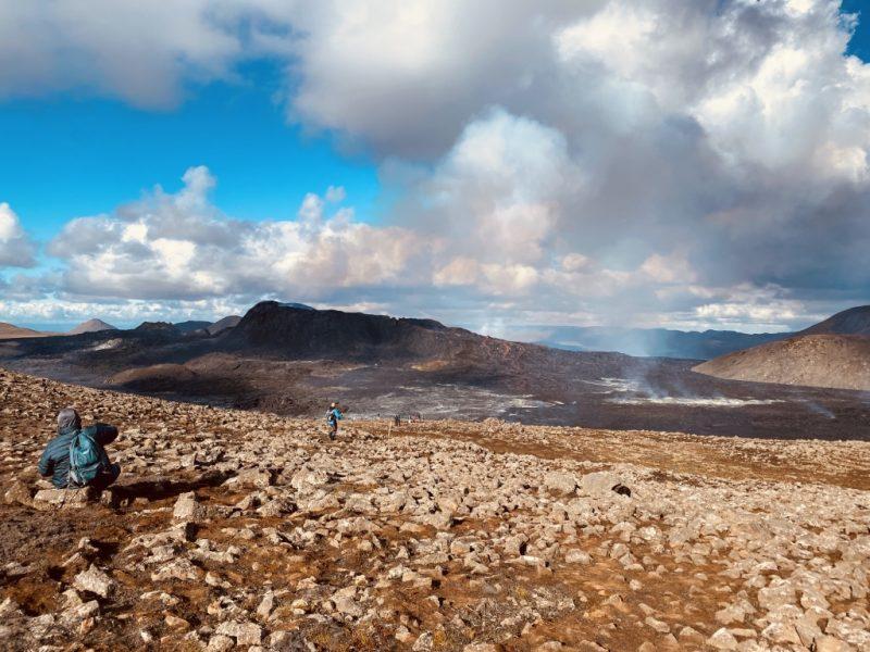 Blick auf Lavameer und Krater mit Lava des Geldingadalir