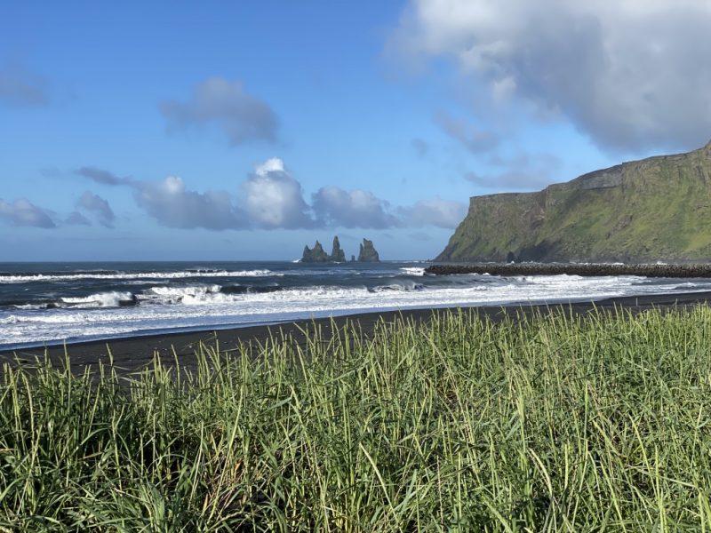 Islands Südküste - Strand von Vik und Reynisdrangar Felsen